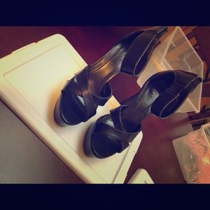 I'm selling these high heals size 6 in women's